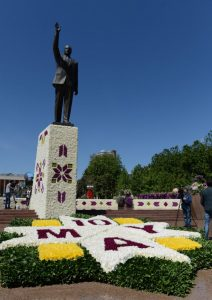 azerbaycanda-gul-bayrami-ve-aliyevin-90-dogum-gunu-coskuyla-kutlaniyor-iha-20130510aw000360-2-t